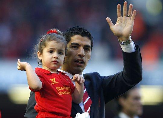 Suarez và con gái ở sân Anfield năm 2013