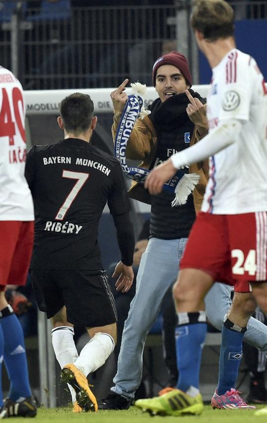 Fan cuồng chỉ ngón tay thối về phía Ribery