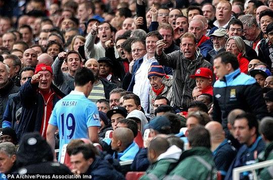 Narsi cúi đầu đi trong sự nguyền rủa của các fan Arsenal năm 2012