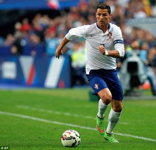 Ronaldo không chỉ đá bóng hay mà còn được rất nhiều yêu thích ở vẻ bề ngoài