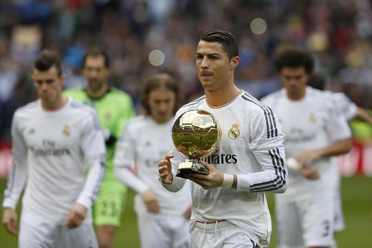 Ronaldo khoe Quả bóng Vàng 2013 với khán giả