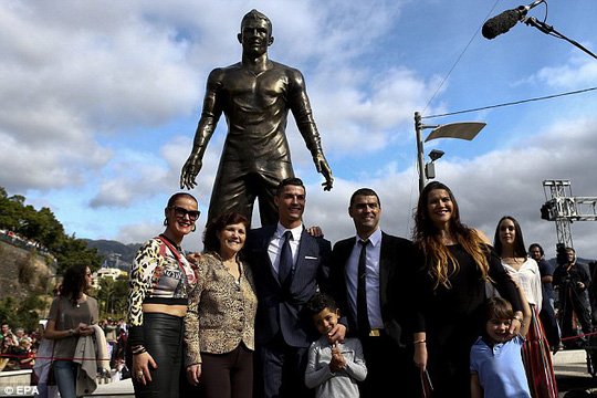 Ronaldo trong ngày ra mắt bức tượng ở Bồ Đào Nha
