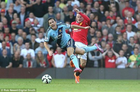 Pha phạm lỗi với Downing dẫn đến thẻ đỏ của Rooney