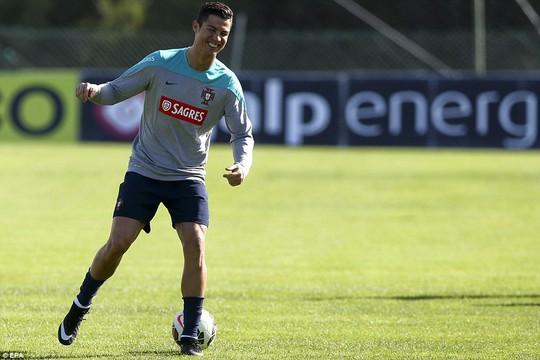 Bị cáo buộc nói xấu Messi, Ronaldo dọa kiện người viết sách