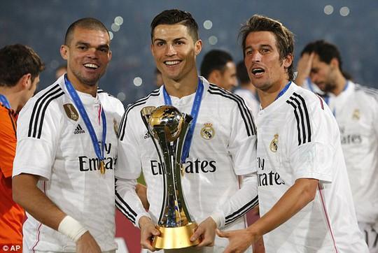 Pepe, Ronaldo và Coentrao bên chiếc cúp vô địch World Cup các CLB