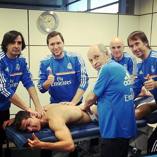 Năm chuyên gia massage chăm sóc toàn thân cho Ronaldo