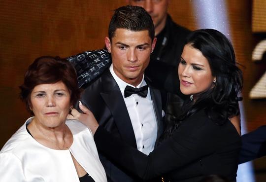 Ronaldo, mẹ (trái) và chị gái trong buổi trao giải
