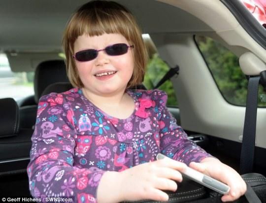 Bé Millie Hough mắc hội chứng rối loạn di truyền khiến em có nguy cơ bị mù, điếc, suy thận, tim cũng như nhiều bệnh khác