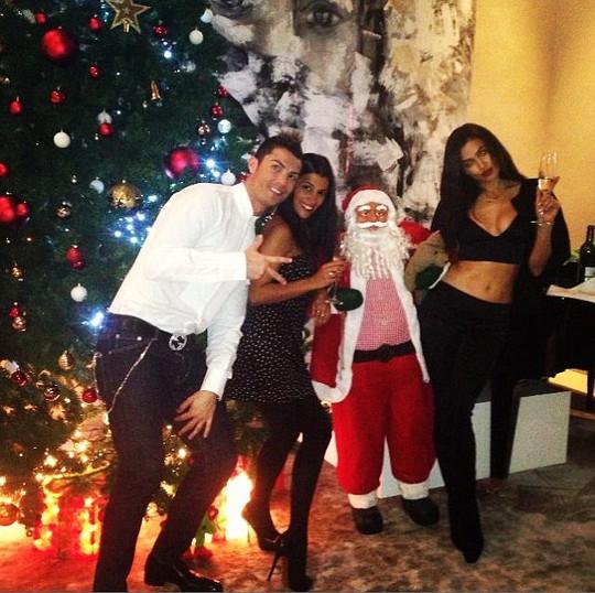 Ronaldo đón năm mới cùng bạn bè và người yêu