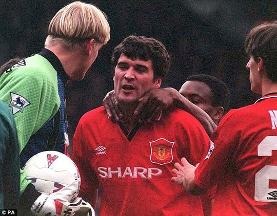 Roy Keane từng đánh thủ môn Schmeichel bầm mặt