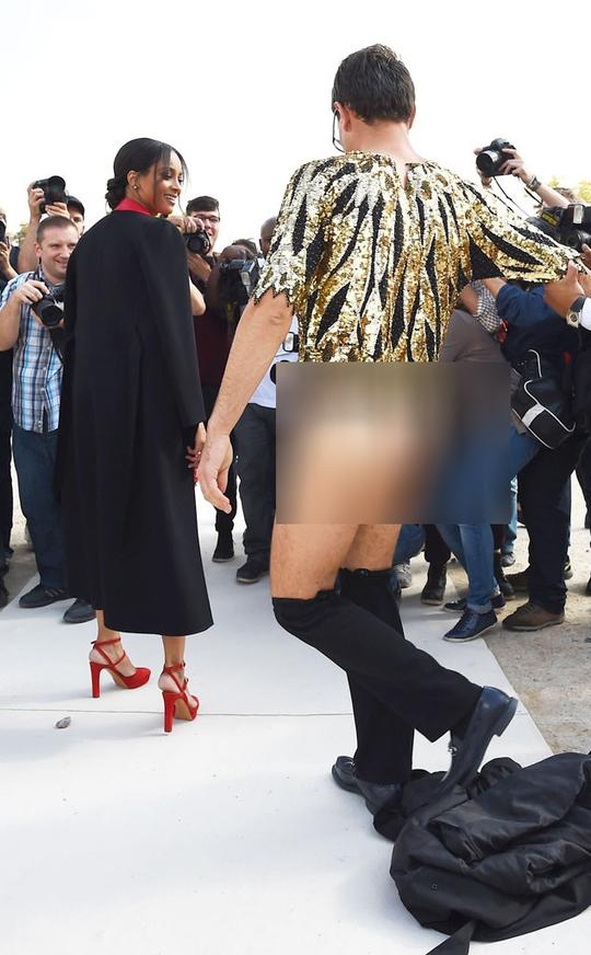 """Khoe mông """"quấy rối"""" Tuần lễ thời trang Paris"""