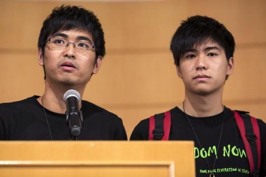 Alex Chow (trái) và Lester Shum trong cuộc họp báo sau đàm phán. Ảnh: Reuters