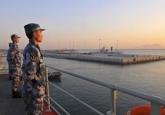 Hải quân Trung Quốc canhgác trên tàu sân bay Liêu Ninh. Ảnh: Reuters