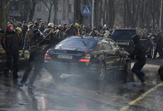 Ném bom xăng vào xe hơi cảnh sát