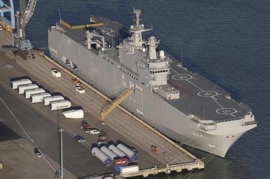 Tàu đổ bộ chở trực thăng Vladivostok được đóng cho Nga vẫn đang đậu tại cảng Montoir-de-Bretagne gần Saint Nazaire, miền Tây nước Pháp. Nguồn: Reuters