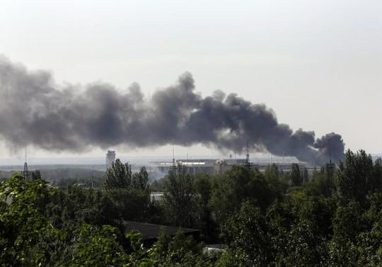 Khói mù mịt từ sân bay Donetsk do phiến quân chiến đấu với chính phủ