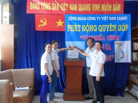"""Công nhân Công ty Việt Nam Samho tại đợt quyên góp ủng hộ chương trình """"Nghĩa tình Hoàng Sa, Trường Sa"""" do Công đoàn cơ sở phát động sáng 2-7"""