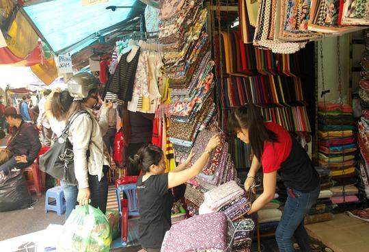 Hơn 10 giờ sáng, các tiểu thương chợ Tân Bình mới mở cửa buôn bán trở lại.