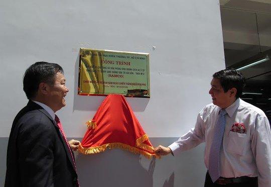 Ông Trần Thế Lưu, Trưởng ban Nội chính Thành ủy TP HCM (bìa phải) và ông Nguyễn Hồng Anh, Chủ tịch Hội đồng thành viên SAMCO tại lễ gắn biển công trình
