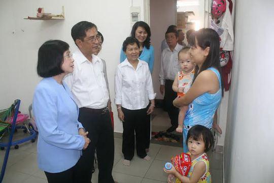 Lãnh đạo Thành ủy và LĐLĐ TP HCM thăm hỏi công nhân tại khu lưu trú KCN Hiệp Phước, huyện Nhà Bè