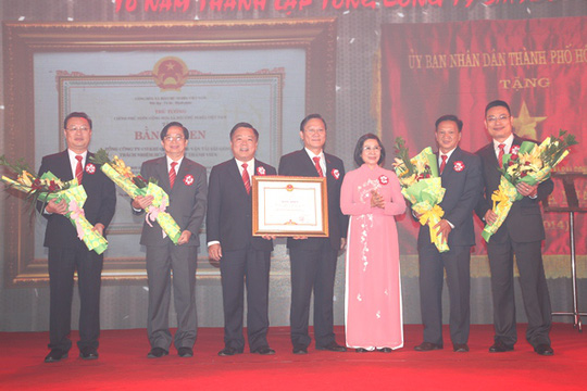 Bà Nguyễn Thị Thu Hà, Ủy viên Trung ương Đảng, Phó Bí thư Thành ủy (thứ ba từ phải sang), trap bằng khen của Thủ tướng Chính phủ cho đại diện SAMCO