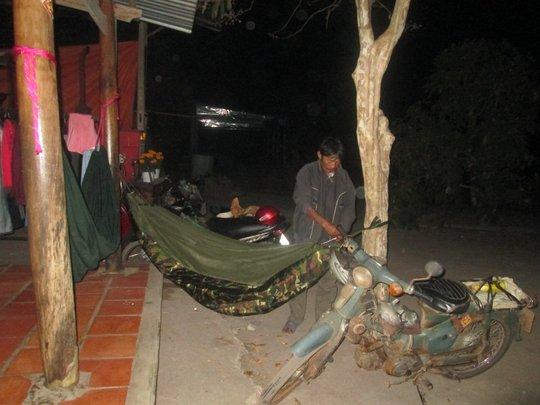 Xin ngủ nhờ ở một ngôi nhà tại ấp Đông Thành.