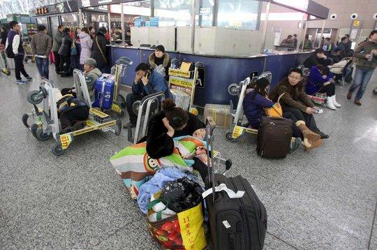 Hành khách vạ vật ở sân bay Tân Trịnh hai ngày 5 và 6-2... Ảnh: China Daily