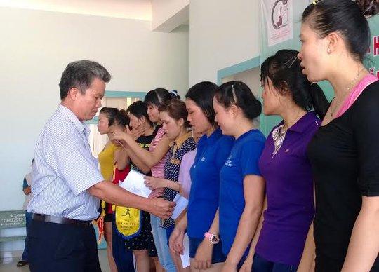 Ông Nguyễn Thanh Sang, Phó chủ tịch LĐLĐ huyện Củ Chi, TP HCM, trao giải cho các vận động viên dự hội thao ẢNH; CAO HƯỜNG