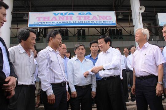Chủ tịch nước Trương Tấn Sang (thứ hai, bìa phải), kiểm tra dịch vụ hậu cần nghề cá cảng Hòn Rớ và chợ cá Nam Trung Bộ