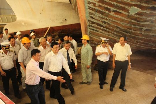 Chủ tịch nước Trương Tấn Sang kiểm tra, động viên cán bộ công nhân Viện nghiên cứu chế tạo tàu thủy của Đại học Nha Trang