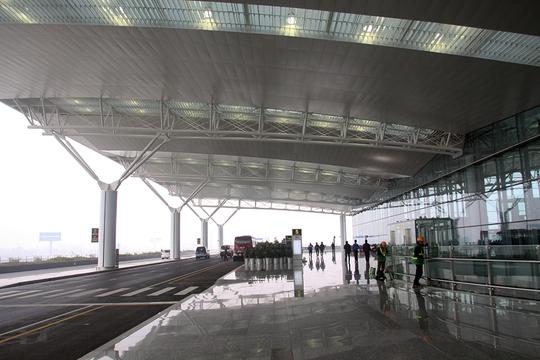 Sảnh đón khách nhà ga T2 có đường đỗ và chuyển hành lý rộng hơn nhà ga T1