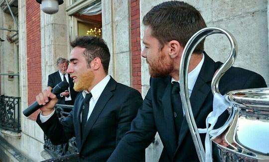 Carvajal (trái) với bộ râu rất dị