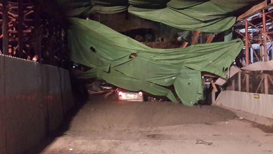 Giàn giáo bất ngờ đổ sập ngay trước mũi xe taxi- ảnh otofun