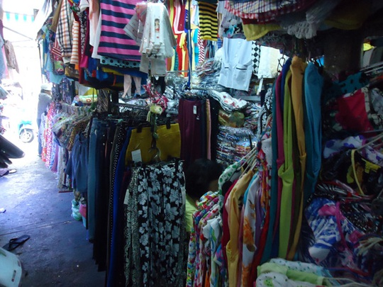 Các sạp bán quần áo ở chợ cũng hết sức vắng vẻ. Ảnh: N.Phượng.