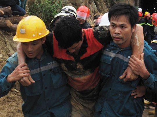 Lực lượng cứu hộ đưa nạn nhân Nguyễn Văn Quang ra khỏi nơi gặp nạn