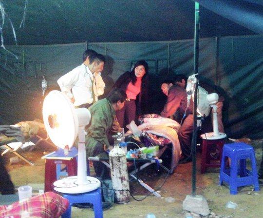 Sưởi ấm và chăm sóc các nạn nhân trong lán trại tại hiện trường