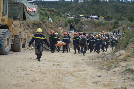 16 giờ 30, các lực lượng đã tiếp cận được với các nạn nhân. Cáng được khiêng vào khu vực bị sập