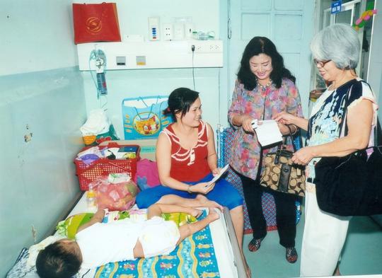 NSND KIm Cương đến thăm bệnh nhân khoa Tổng hợp Bệnh viện Nhi Đồng 2