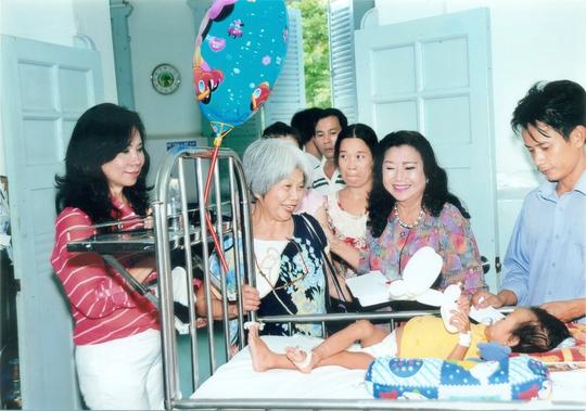 NSND Kim Cương và các kiều bào Pháp đến thăm bệnh nhân tại Bệnh viện Nhi Đồng 2.