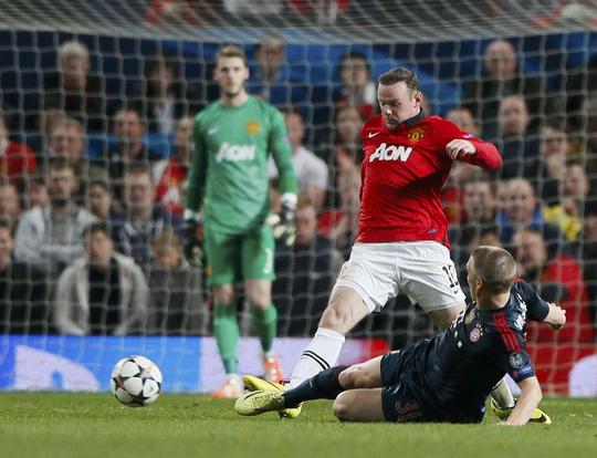 nhưng đồng thời cũng là tội đồ khi lãnh thẻ đỏ sau pha phạm lỗi với Wayner Rooney