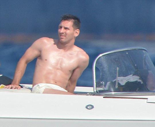 Bạn gái Messi khoe vòng 3 trên đảo