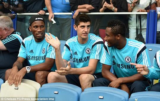 Didier Drogba, Thibaut Courtois và Jon Obi Mikel trên băng ghế dự bị
