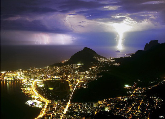 Các chuyên gia khí tượng học ghi nhận hiện tượng sét đánh tăng thêm tại các nước đang phát triển (Ảnh BBC)