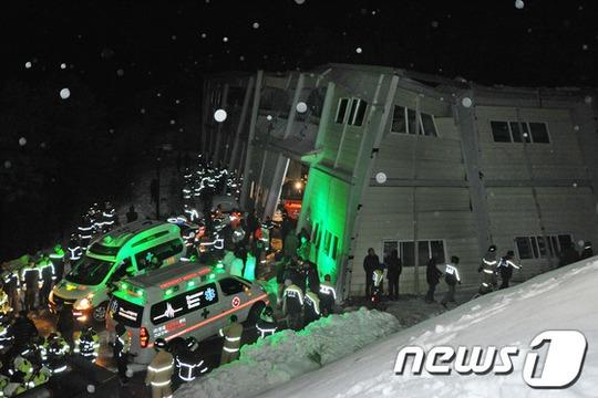 Tai nạn xảy ra do tuyết rơi dày đè sập trần nhà. Ảnh: News3