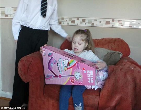 Olivia hạnh phúc nhận quà trong dịp sinh nhật 4 tuổi của mình