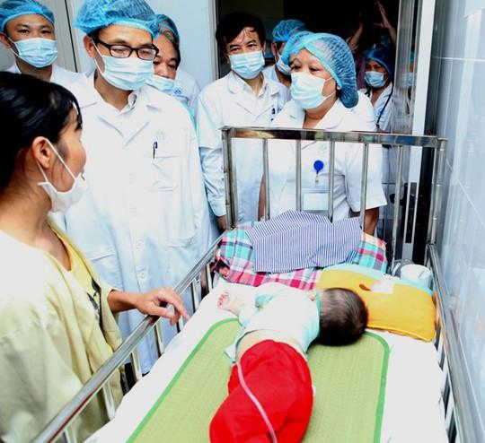 Phó Thủ tướng chỉ đạo ngành Y cần truy tìm nguyên nhân khiến bệnh sởi có những diễn biến bất thường, đồng thời đưa ra cách ứng phó, chặn đứng dịch bệnh và hạn chế thấp nhất số trẻ tử vong do sởi