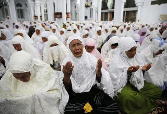 Lễ cầu nguyện tại Aceh – Indonesia. Ảnh: Reuters