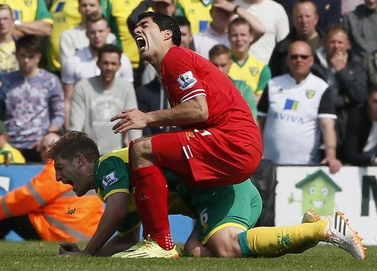 Chưa chắc Suarez thật sự đau đớn ở pha bóng này