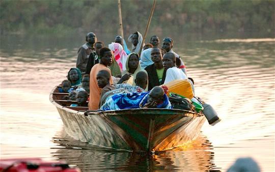 Một chiếc thuyền chở người chạy loạn ở Nam Sudan. Ảnh: Telegraph