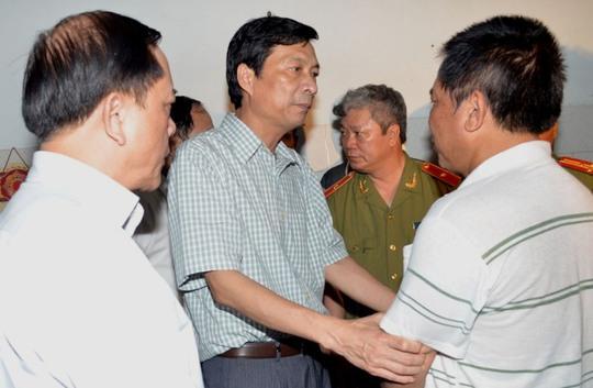 Chủ tịch UBND tỉnh Quảng Ninh Nguyễn Văn Đọc thăm hỏi gia đình chiến sĩ bị thương trong vụ nổ súng tại cửa khẩu Bắc Phong Sinh